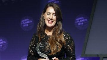La escritora Dolores Redondo tras recibir el Premio Planeta por su novela 'Todo esto te daré'