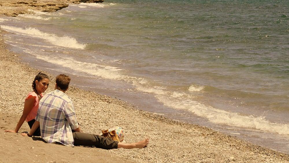 La pareja charla en la playa