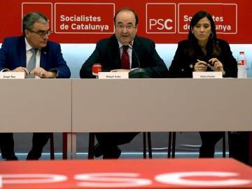 El primer secretario del PSC, Miquel Iceta, junto a su rival en las primarias Núria Parlón, y el presidente del partido Àngel Ros
