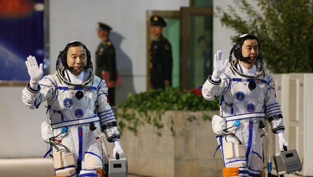 Los astronautas chinos Jin Haipeng (dcha) y Chen Dong (izda) caminan hasta la plataforma de lanzamiento donde está situada la nave espacial Shenzhou-11