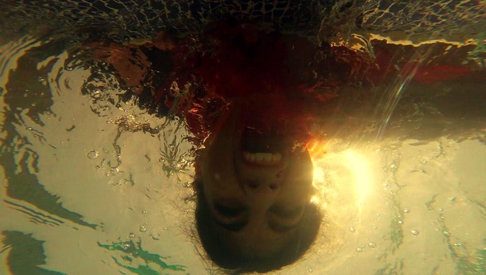 Vlad intentará ahogar a Lola en la piscina tras colarse en su casa