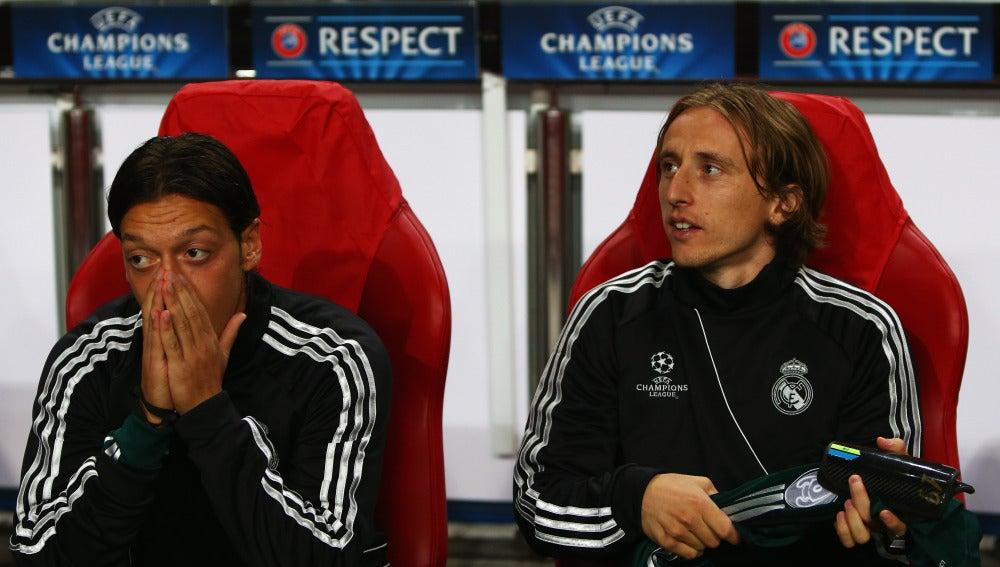 Özil, en su época en el Real Madrid junto a Modric