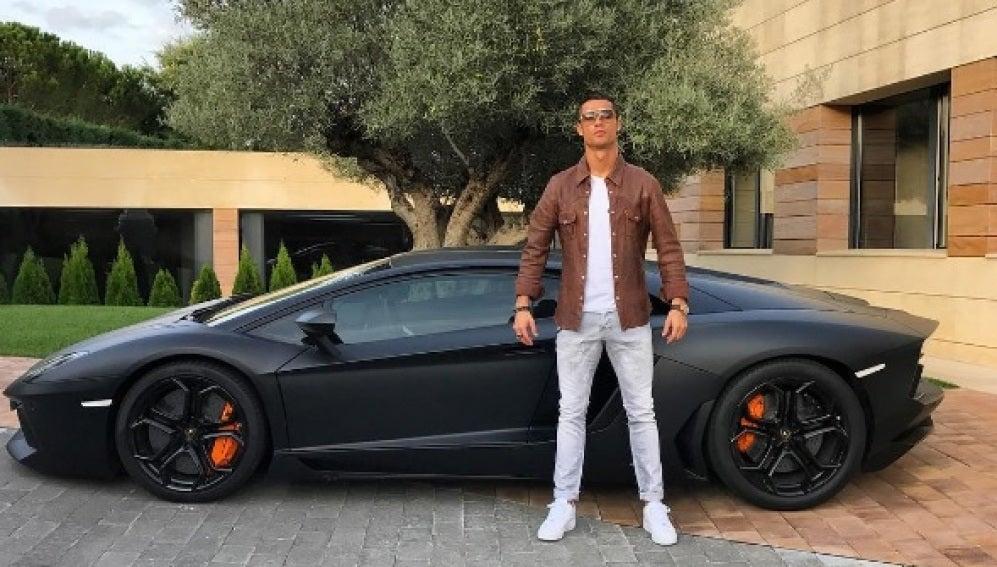 Cristiano Ronaldo posando junto a su Lamborghini