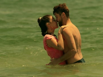 Sol y Salva dan rienda suelta a la pasión en la playa de Campoamargo