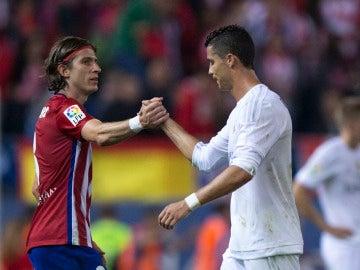 Cristiano Ronaldo y Filipe Luis se dan la mano tras un duelo en el Calderón