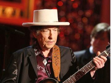 Bob Dylan tocando la guitarra en su show de Las Vegas