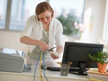 Mujer conectando un router