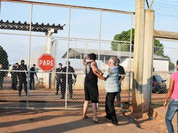 Familiares de reclusos a las afueras de la Penitenciaria Agrícola de Monte Cristo, donde ocurrió un motín que dejó al menos 10 presos
