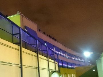 Medio centenar de inmigrantes en el tejado del Centro de Internamiento