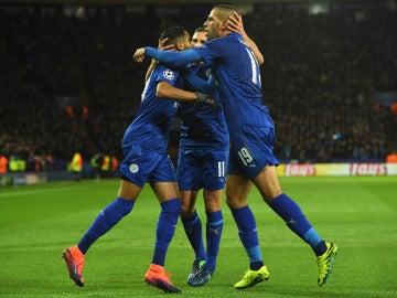 Los jugadores del Leicester celebran el gol de la victoria ante el Copenhague