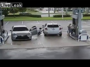 Frame 35.296869 de: En segundos le roban el bolso a una mujer en una gasolinera