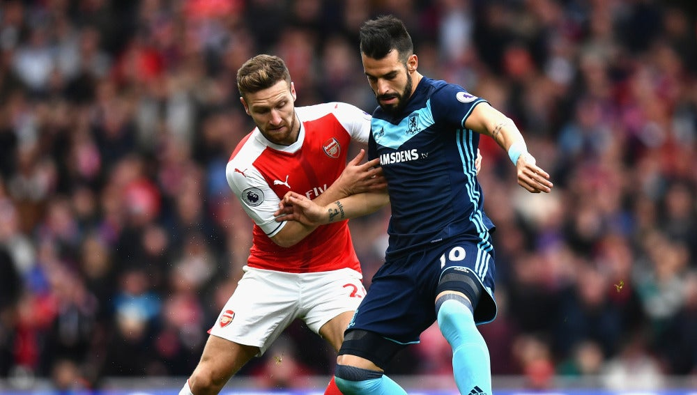 Negredo y Mustafi, en una disputa por el balón durante el Arsenal-Middlesbrough