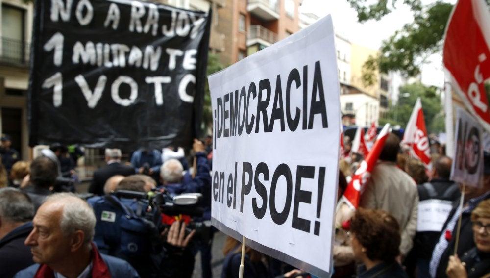 Varios centenares de personas se han concentrado frente la sede del PSOE en la calle de Ferraz para pedir que no se pronuncien a favor de una abstención