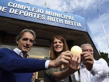 Ruth Beitia posa junto a su entrenador y el alcalde de Santander