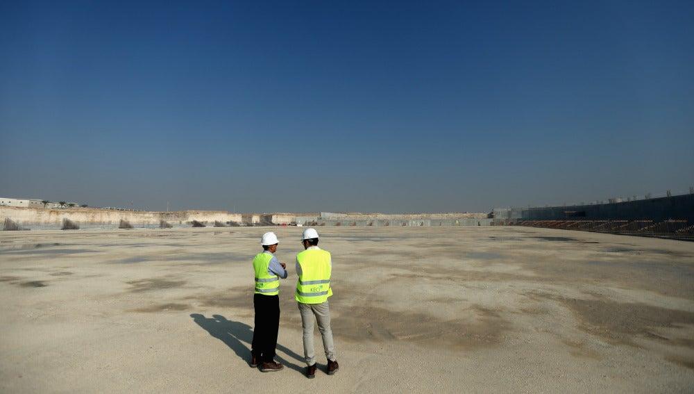 Dos trabajadores en las obras del estadio de Al Wakrah de Catar