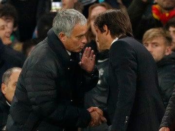 José Mourinho habla con Conte al finalizar el Chelsea-United