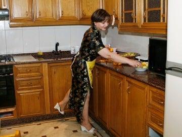 Una mujer preparando la cena en su cocina
