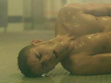 Fernando es apuñalado en las duchas de la cárcel