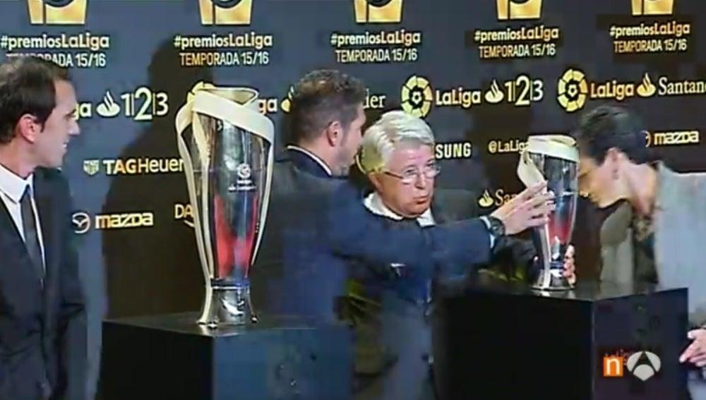 Enrique Cerezo sufre un tropezón en la alfombra roja de los premios de la liga