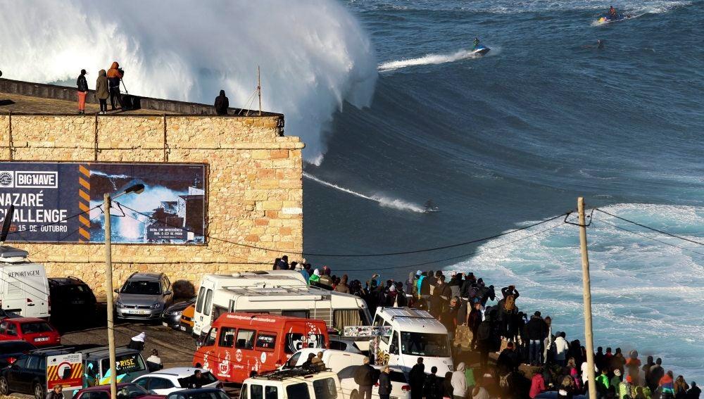 Espectacular imagen de un surfista en Nazaré