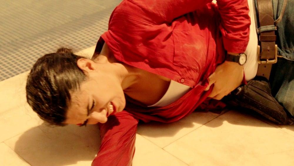 Héctor salva a Lola de ser ahogada a manos de Vlad