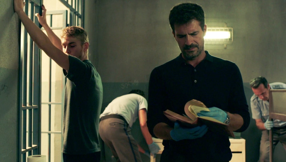 Héctor investiga la celda de Fernando en busca de nuevas pruebas