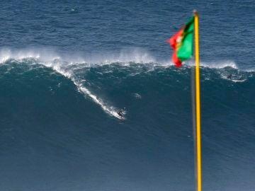Un surfista en una ola en Nazaré