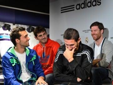 Casillas, Arbeloa y Xabi Alonso durante un acto con el Real Madrid