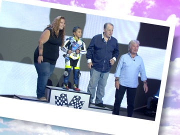 Ángel Nieto ayuda a un pequeño a ganar una carrera dedicada a su abuelo enfermo