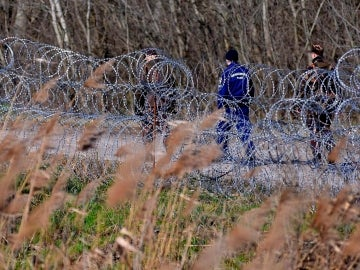 Policías y soldados húngaros patrullan junto a la valla temporal que separa la frontera entre Serbia y Hungría