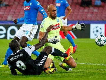 Pepe Reina intenta coger el balón en un partido con el Nápoles