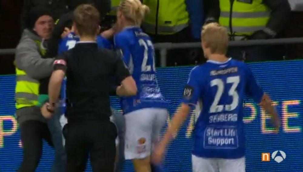 Celebra un gol en la grada rival y un aficionado se lanza encima