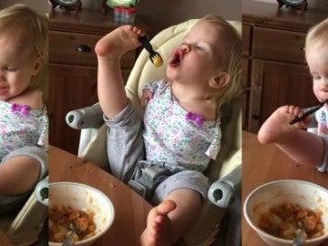 La increíble destreza de la bebé que come con los pies