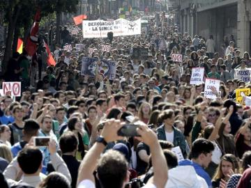Varios jóvenes durante la marcha estudiantil convocada en Madrid
