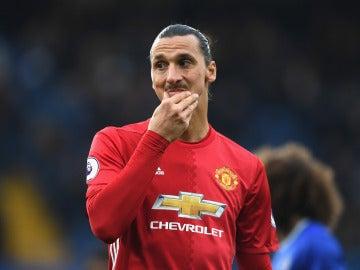 Zlatan Ibrahimovic, pensativo en un partido con el United