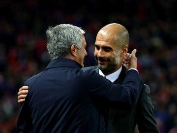 Guardiola y Mourinho se funden en un abrazo