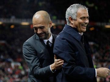 Guardiola y Mourinho se saludan antes del encuentro