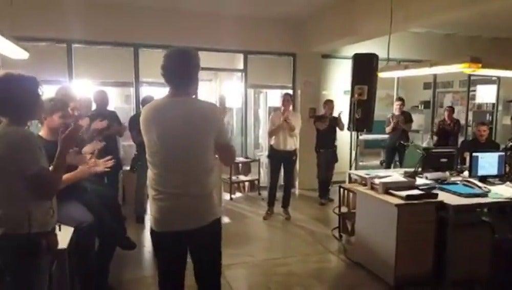 Frame 18.513009 de: El equipo de 'Mar de plástico' celebra el último día de rodaje