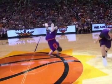 Un acróbata, cayendo de mala manera en la cancha de los Suns