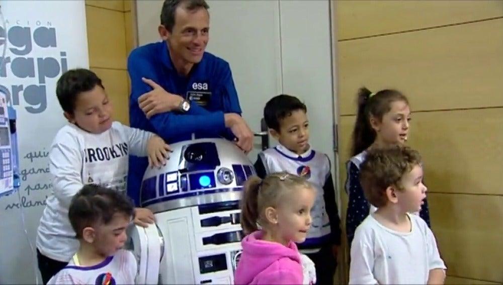 """Frame 43.381689 de: El Hospital Gregorio Marañón inaugura una """"estación lunar"""" en su planta de Oncología pediátrica"""