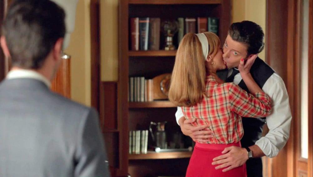 Clara provoca los celos de Mateo besándose con Marco
