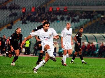 Figo transforma un penalti ante la Roma en un partido a puerta cerrada en 2004