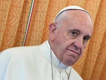 El papa Francisco habla con los periodistas en el interior de un avión