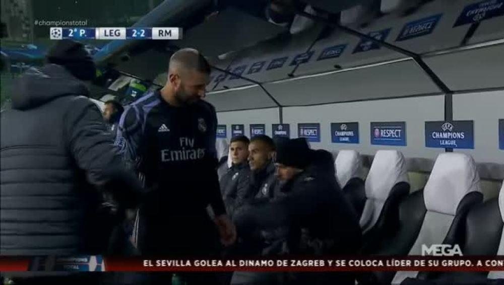 Benzema, molesto en el banquillo