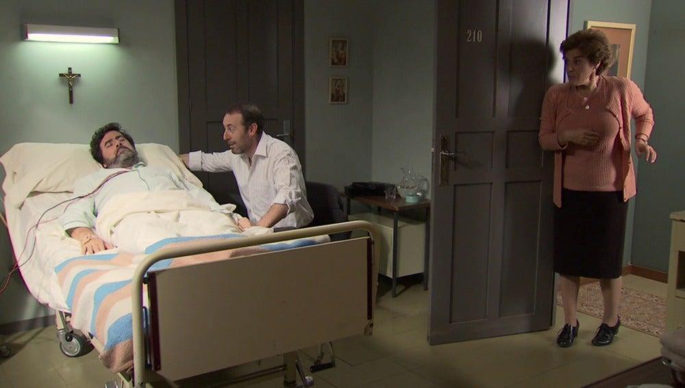 Benigna descubre a Benito hablando sobre ella