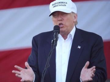 Donald Trump durante un discurso en un acto de su campaña en el Parque Bayfront de Miami