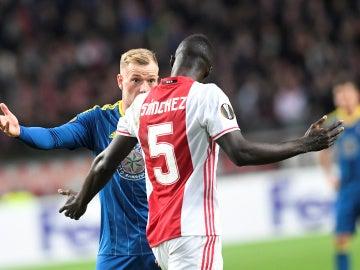 Sánchez se encara con Guidetti en el Ajax-Celta
