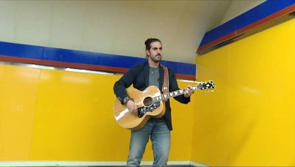 Frame 85.768385 de: Andrés Suárez, el cantautor del metro que triunfa en los escenarios
