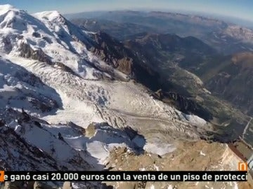 Frame 20.687573 de: El accidentado vuelo de un hombre pájaro sobre los glaciares de los Alpes franceses