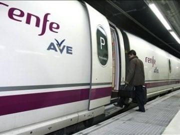 Un pasajero sube a un tren de alta velocidad (AVE)